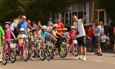 tineri pe bicicleta